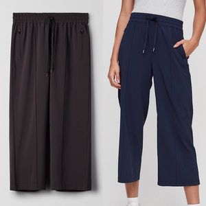 ARITZIA (NAVY) Tna Relaxed Wide Leg Cropped Pant M